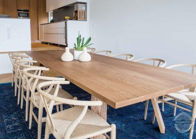 Valkotamminen ruokasalin pöytä